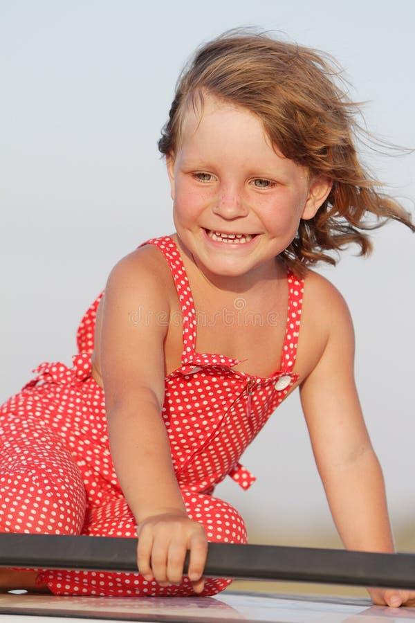 Utomhus- stående av den unga lyckliga flickan fotografering för bildbyråer