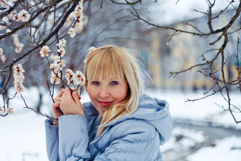 Utomhus- stående av den unga nätta härliga kvinnan i kall solig w arkivbilder