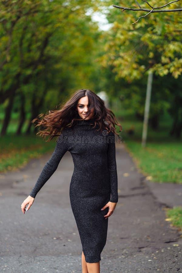 Utomhus- stående av den unga nätta härliga lugna kvinnan royaltyfri bild