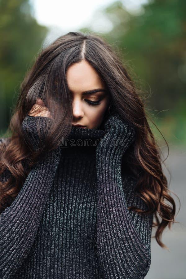 Utomhus- stående av den unga nätta härliga lugna kvinnan fotografering för bildbyråer