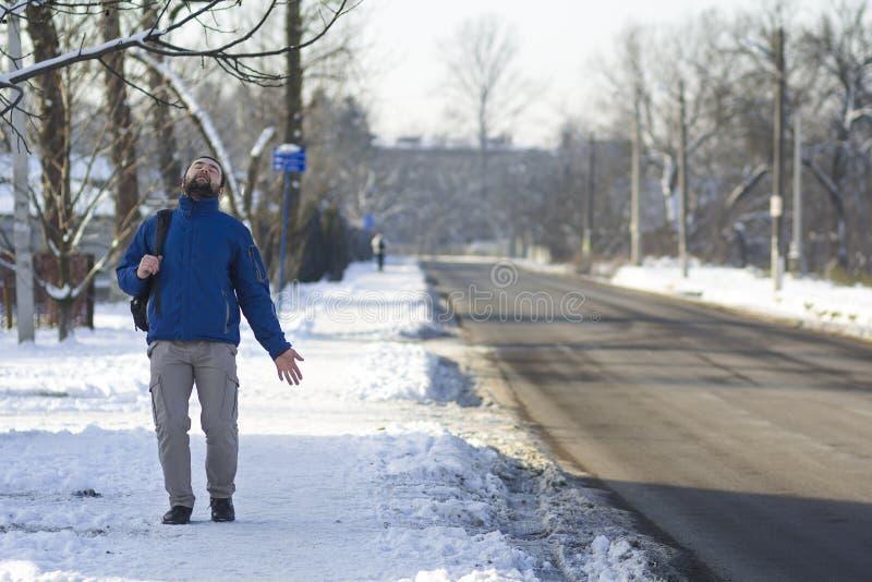 Utomhus- stående av den unga stiliga le mannen med skägget på gatan arkivbilder