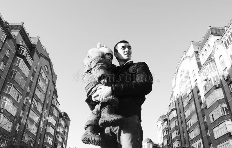 Utomhus- stående av en fader och en son som tänker som bort ser royaltyfri fotografi