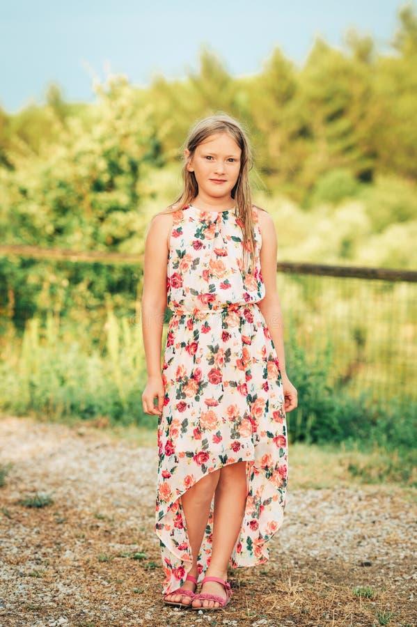 Utomhus- stående av en gullig liten flicka av 8 gamla år arkivfoto