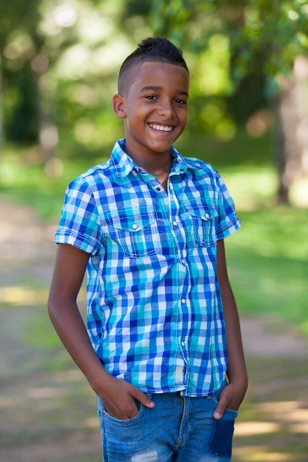 Utomhus- stående av en gullig tonårs- svart pojke - afrikanskt folk arkivbilder