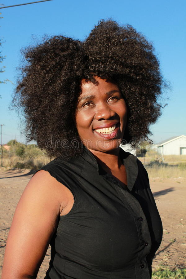 Utomhus- stående av en le härlig afrikansk kvinna royaltyfri foto