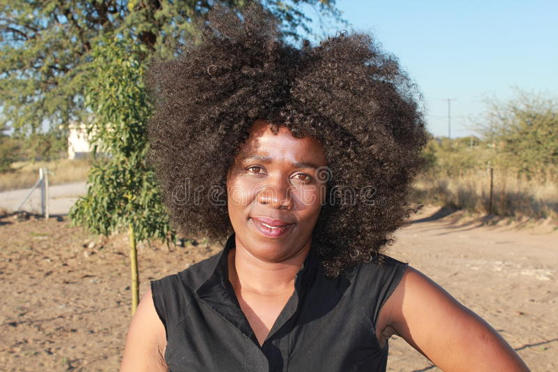 Utomhus- stående av en le härlig afrikansk kvinna arkivbilder