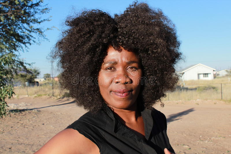 Utomhus- stående av en le härlig afrikansk kvinna arkivfoto
