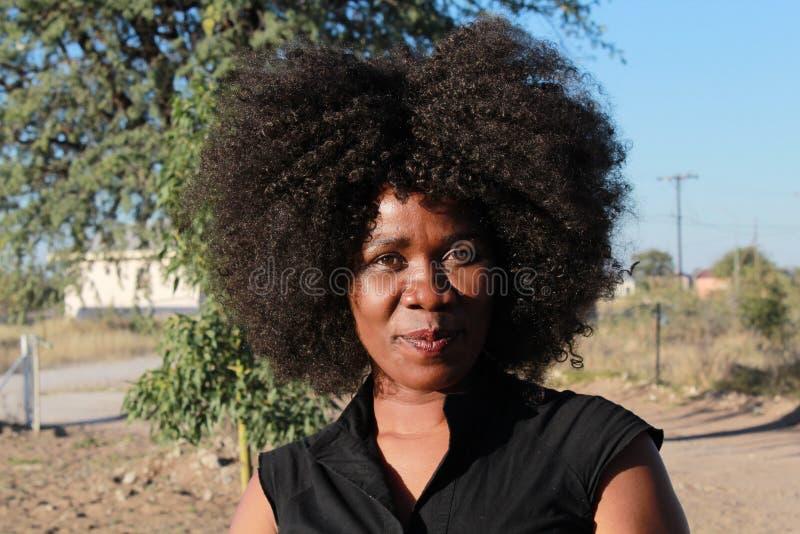 Utomhus- stående av en le härlig afrikansk kvinna royaltyfria foton