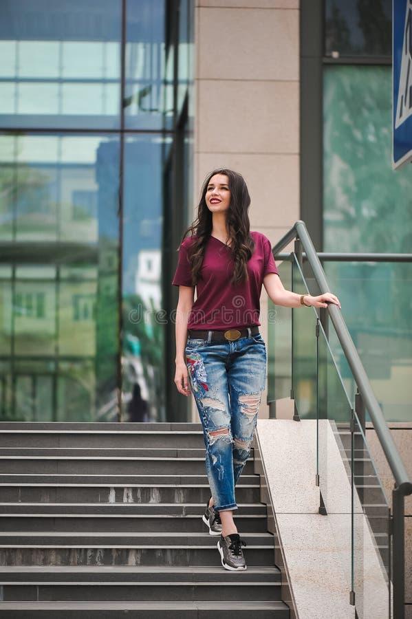 Utomhus- stående av en stilfull kvinna på momenten av shoppinggallerian royaltyfria foton