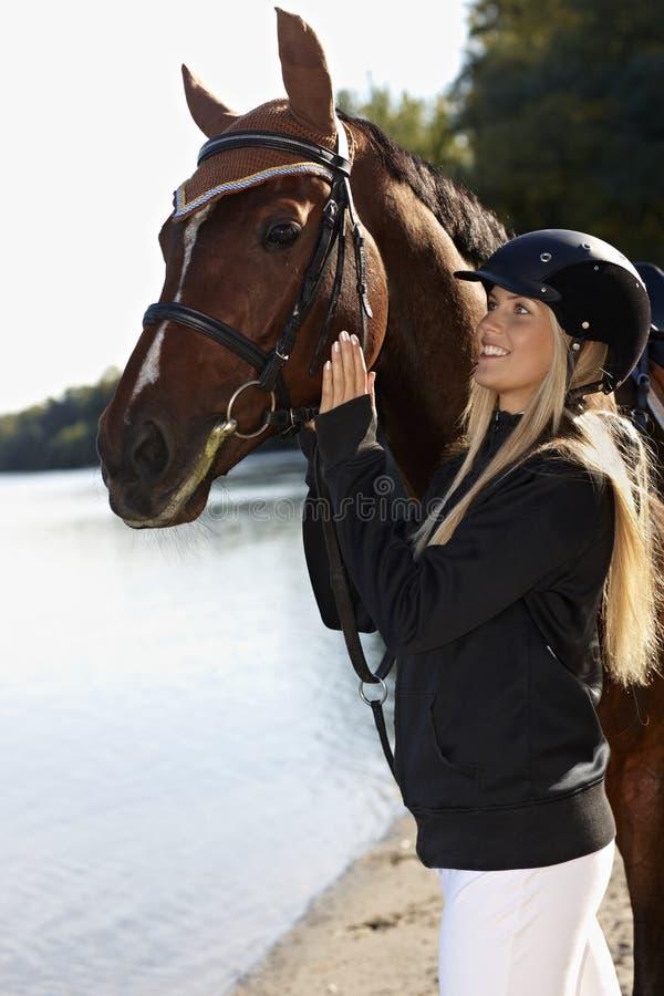 Utomhus- stående av hästen och ryttaren arkivfoton
