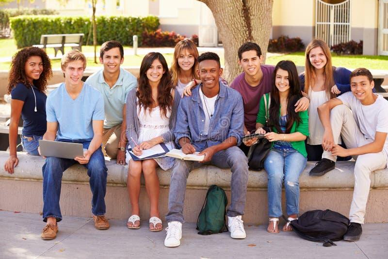 Utomhus- stående av högstadiumstudenter på universitetsområde arkivbild