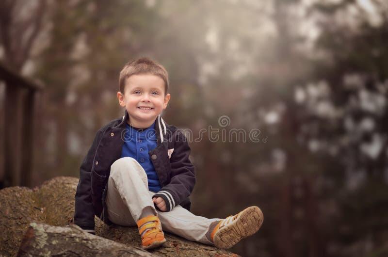 Utomhus- stående av lite pojken royaltyfria foton