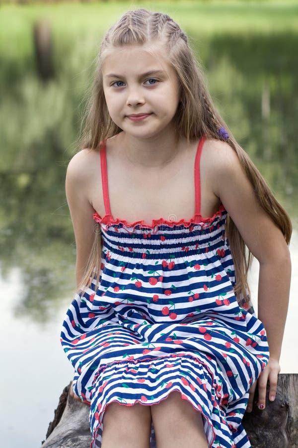 Utomhus- stående av liten flicka arkivbilder