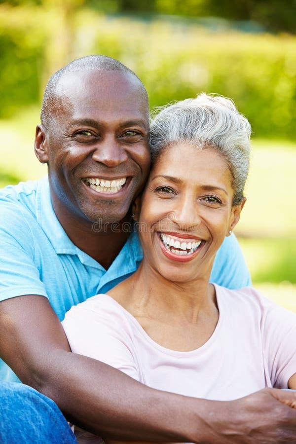 Utomhus- stående av mogna par för romantiker arkivbild