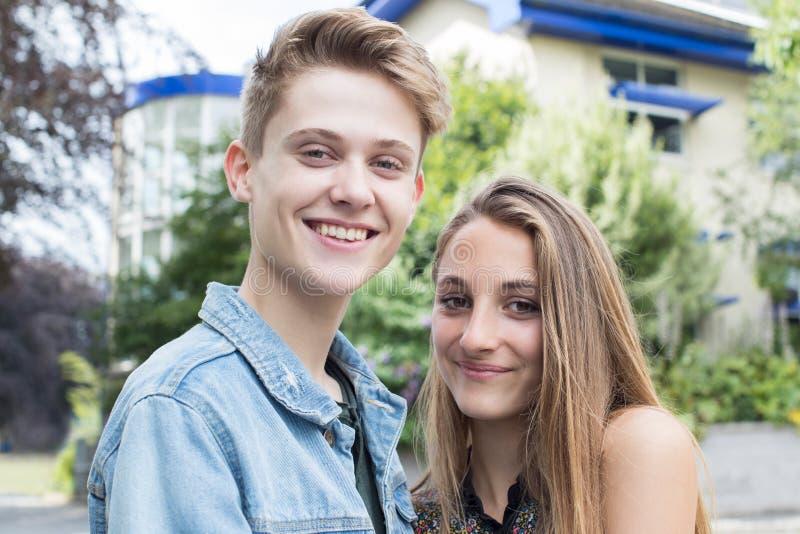 Utomhus- stående av romantiska tonårs- par arkivbild