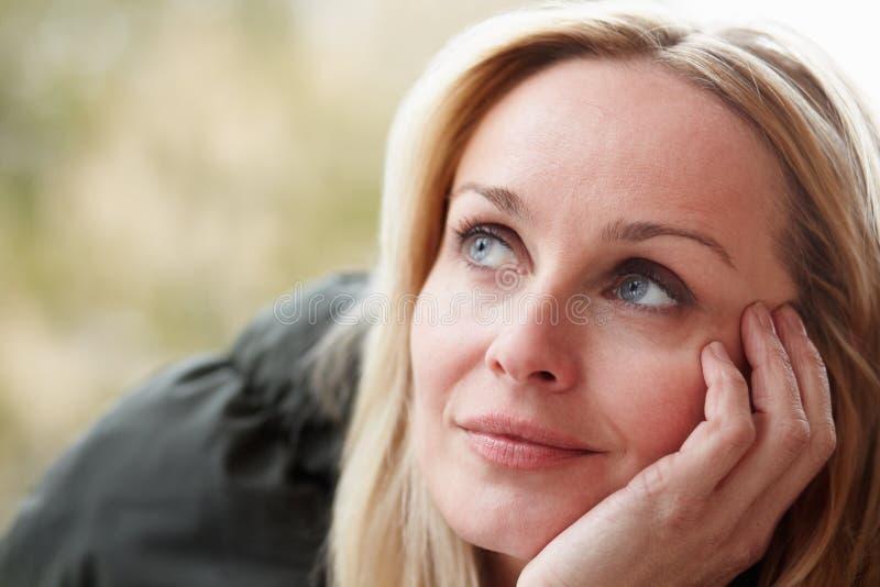 Utomhus- stående av slitage vinterkläder för kvinna royaltyfria bilder