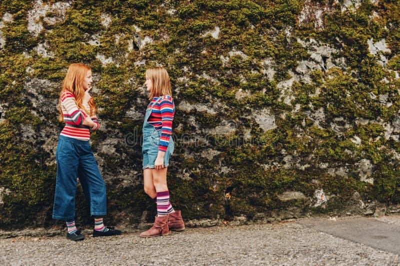 Utomhus- stående av två roliga preteenflickor royaltyfria foton