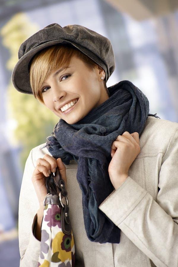 Utomhus- stående av vintertid för ung kvinna royaltyfria foton