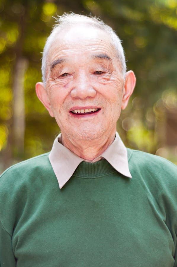 Utomhus- stående för äldre man royaltyfri foto