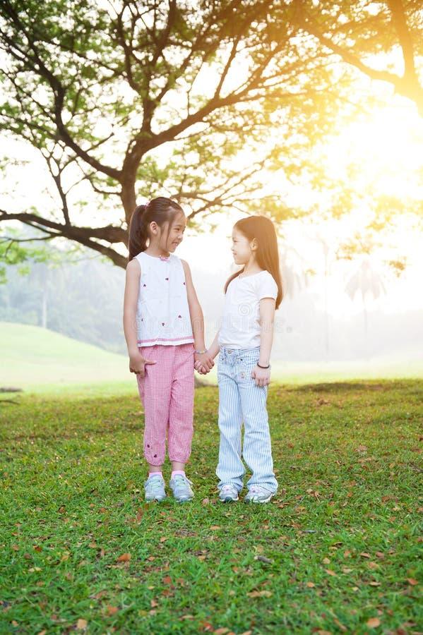 Utomhus- stående för asiatiska systrar arkivbild