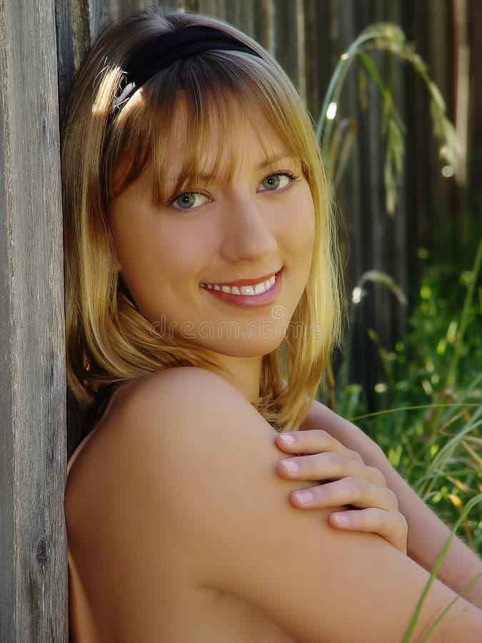 Utomhus- stående för Caucasian skuldra för kvinna kal med leende arkivfoton