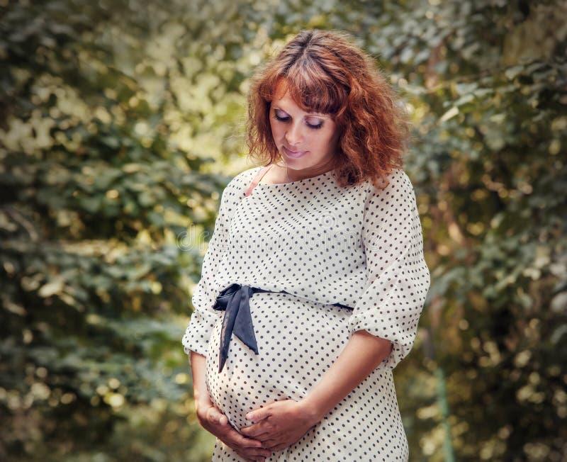 Utomhus- stående för gravid kvinna royaltyfria bilder