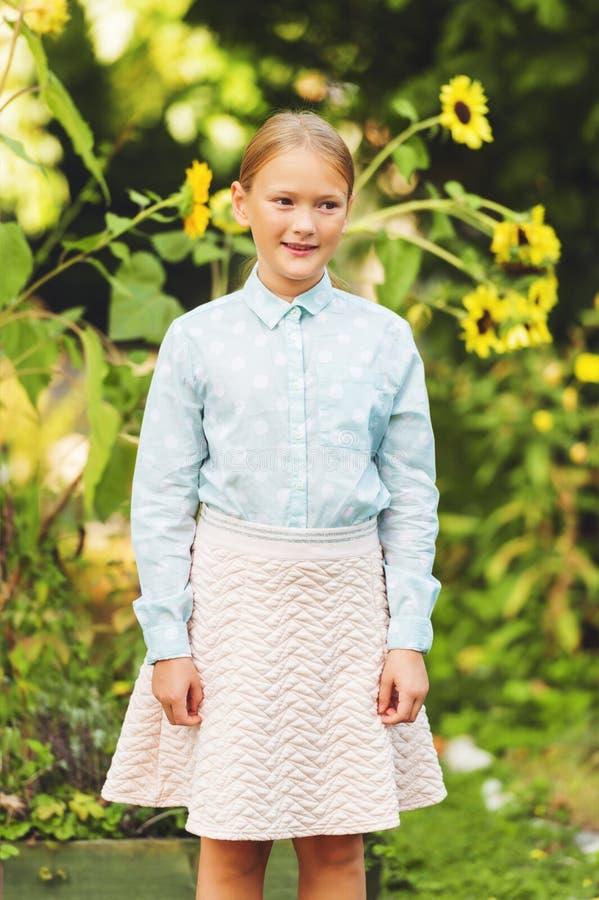 Utomhus- stående för gullig liten flicka royaltyfri foto