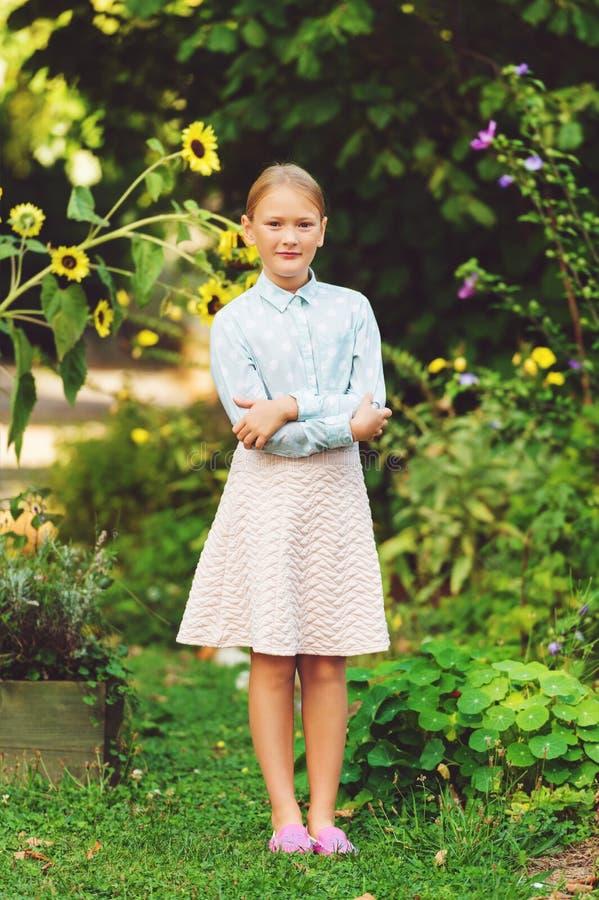 Utomhus- stående för gullig liten flicka royaltyfri bild