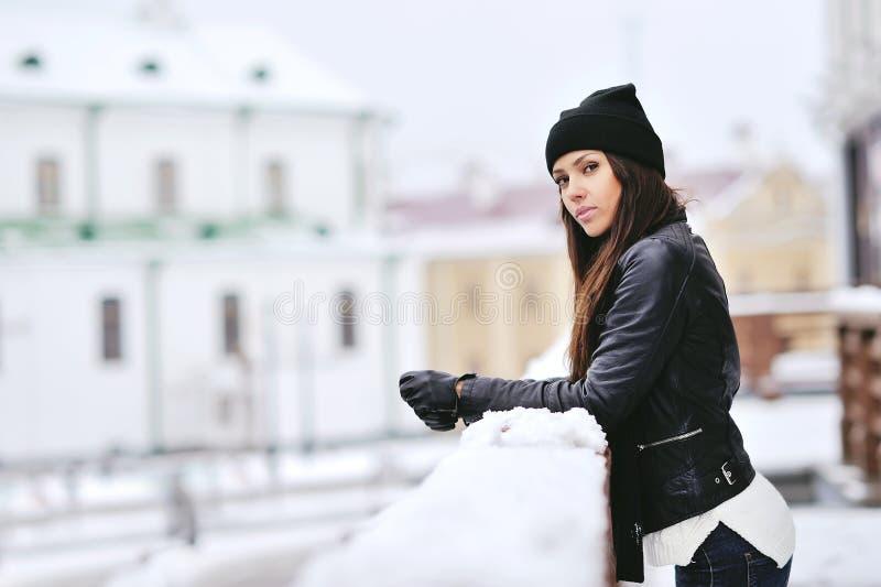 Utomhus- stående för härlig vinterkvinna royaltyfria foton
