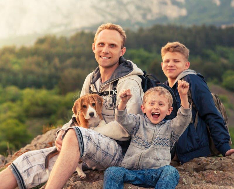 Utomhus- stående för lycklig familj royaltyfri foto