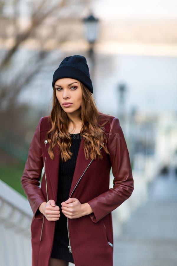 Utomhus- stående för modekvinna. Härlig flicka som poserar på stren arkivfoton