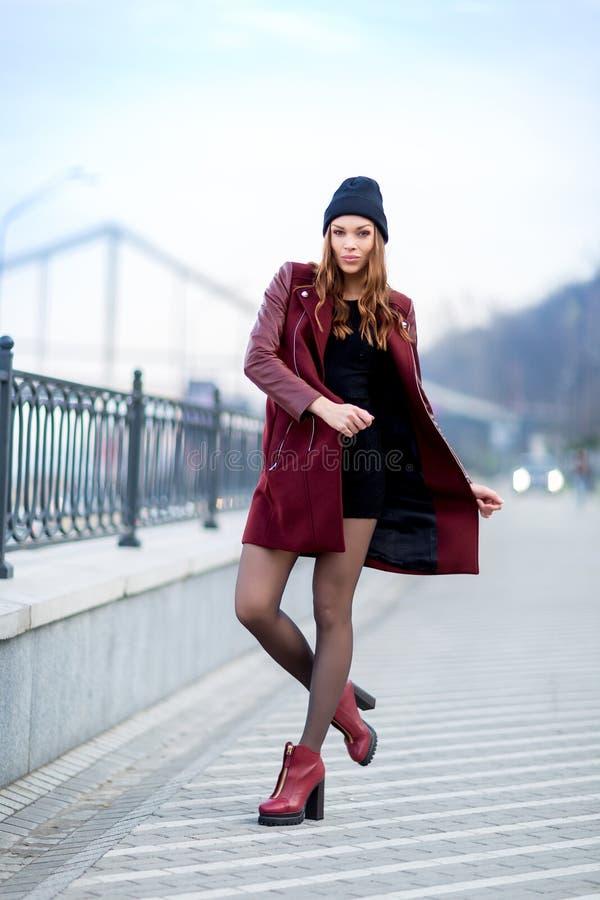 Utomhus- stående för modekvinna. Härlig flicka som poserar på stren arkivbilder