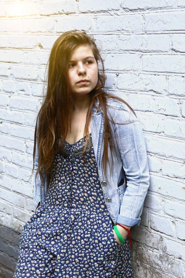 Utomhus- stående för tonårs- syskongruppvinter royaltyfri fotografi