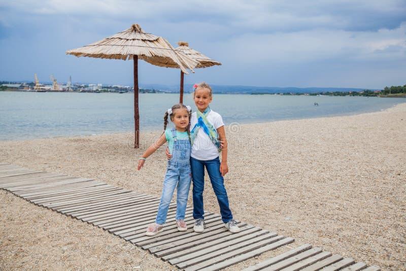 Utomhus- stående för två små flickor royaltyfri foto
