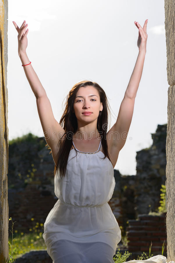 utomhus- ståendekvinnabarn royaltyfri bild