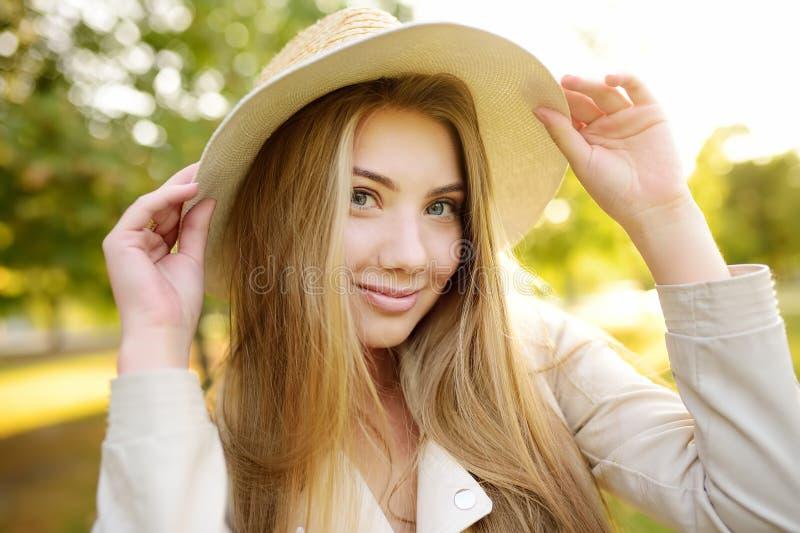 Utomhus st?ende av den ljuva unga kvinnan Charmig caucasian flickapromenad i solig dag arkivfoton