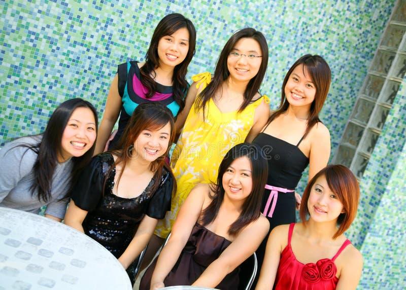 utomhus- standing för asiatisk härlig flickagrupp royaltyfria foton