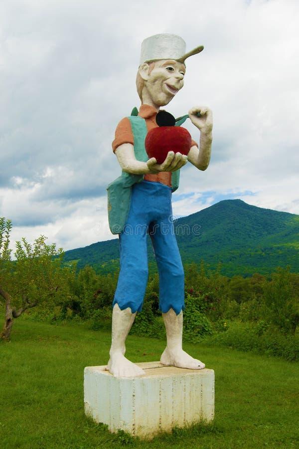 Utomhus- staty av Johnny Appleseed arkivbild