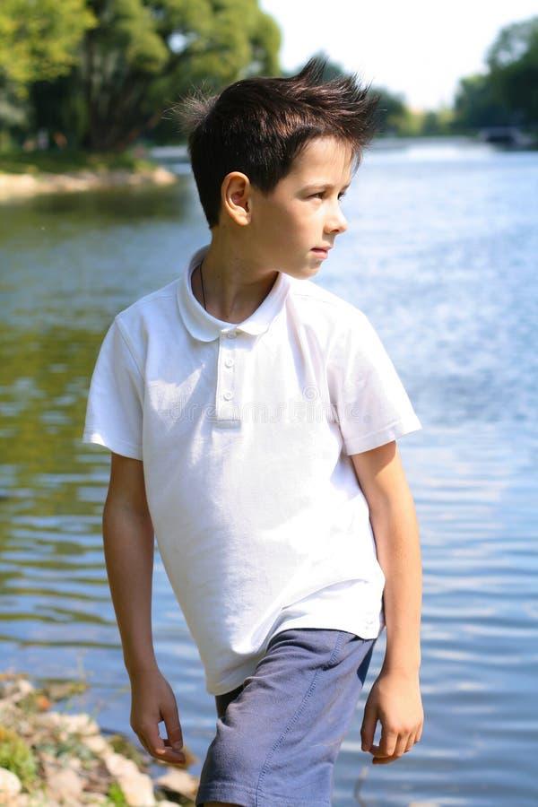 Utomhus- stilfull pojke arkivfoto