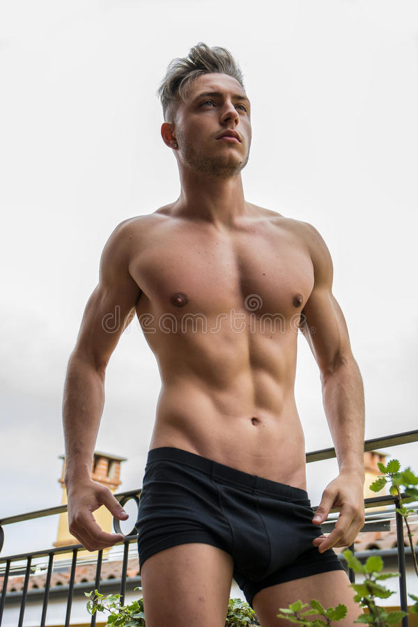 Utomhus- stilig shirtless muskulös ung man royaltyfria foton