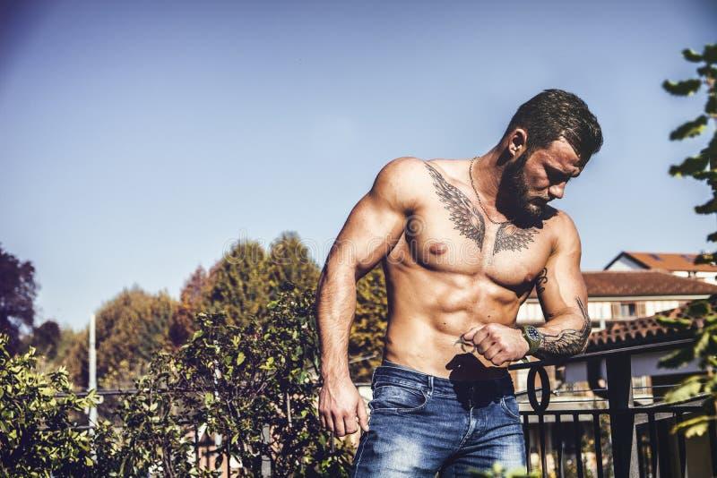 Utomhus- stilig shirtless muskulös ung man arkivbild