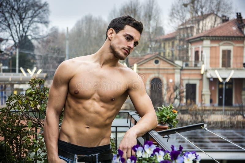 Utomhus- stilig shirtless ung man royaltyfri foto