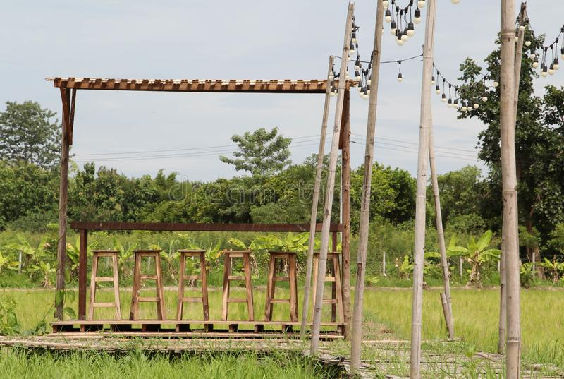 Utomhus- stol för uteplats på risfält royaltyfria bilder