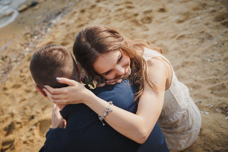 Utomhus- strandbröllopceremoni, slut upp av stilfulla lyckliga romantiska par tillsammans arkivfoton