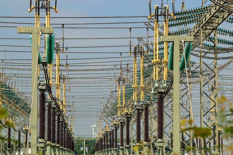 Utomhus- switchgear för hög spänning med isolatorer royaltyfri bild