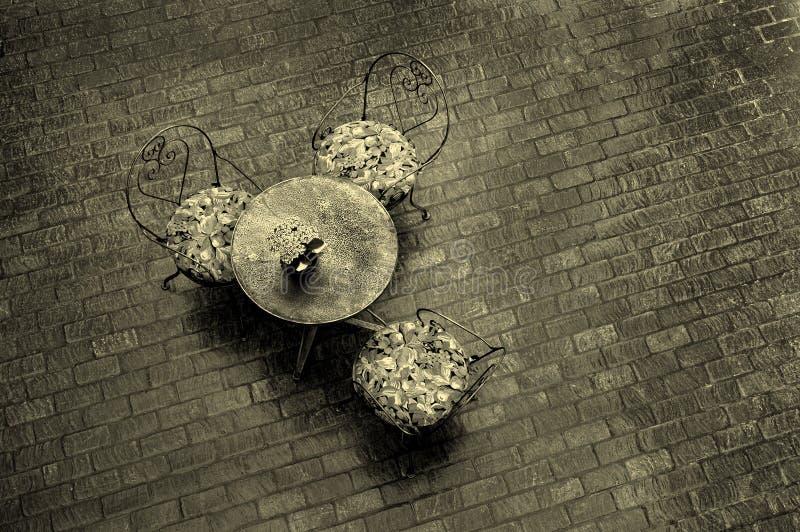 utomhus- tabell för cafe arkivfoton