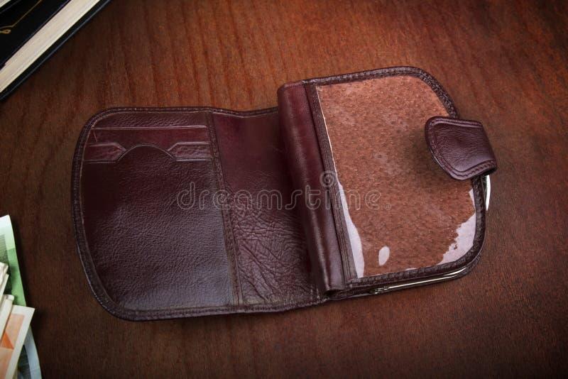 Utomhus- tom manlig handväska på en träbakgrund royaltyfria bilder