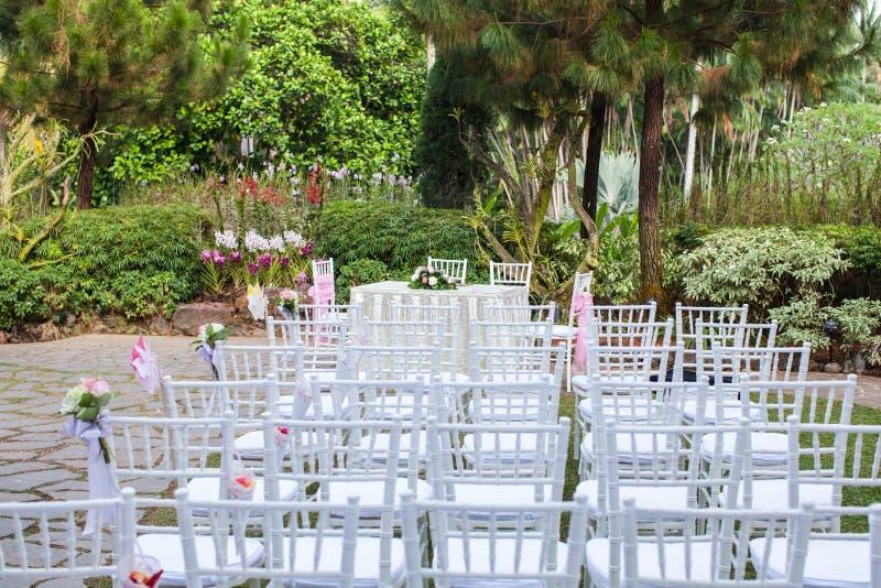 Utomhus- trädgårds- stilbröllop arkivfoton