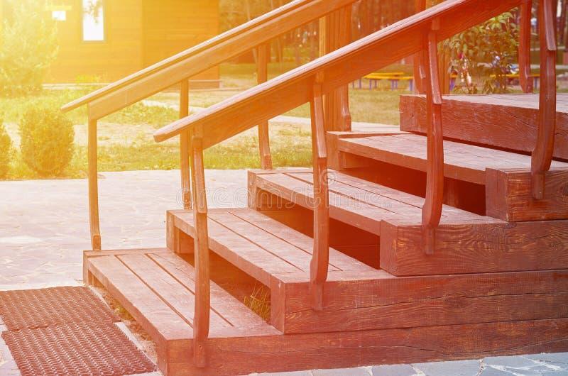Utomhus- trätrappa till byggnaden med solljus fotografering för bildbyråer