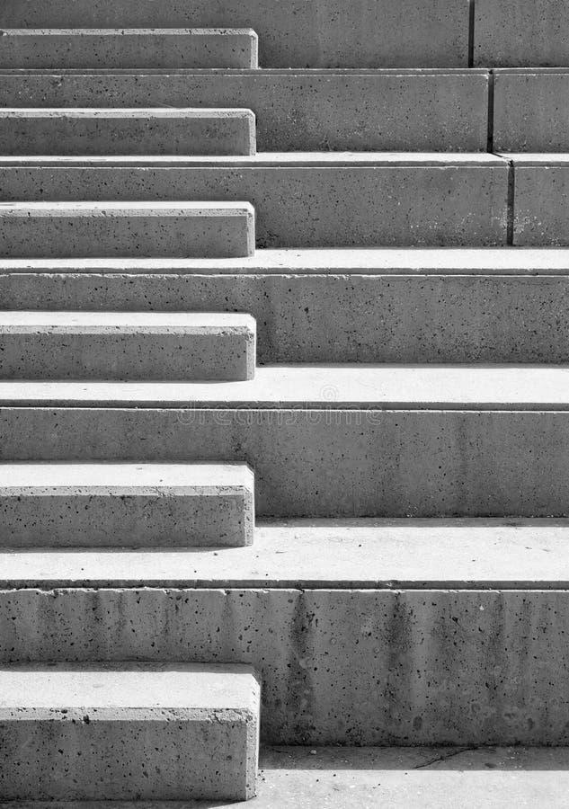 Utomhus- trappa för modern grå färgbetong med geometriska detaljer royaltyfria bilder